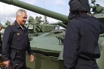 Cận cảnh Bộ trưởng Quốc phòng Nga 'thuần phục' xe tăng T-80BVM