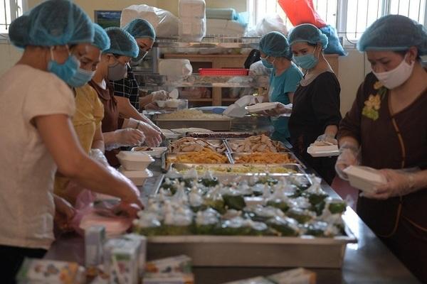 Hàng trăm suất cơm nhà chùa hỗ trợ bệnh nhân Bệnh viện K mùa dịch