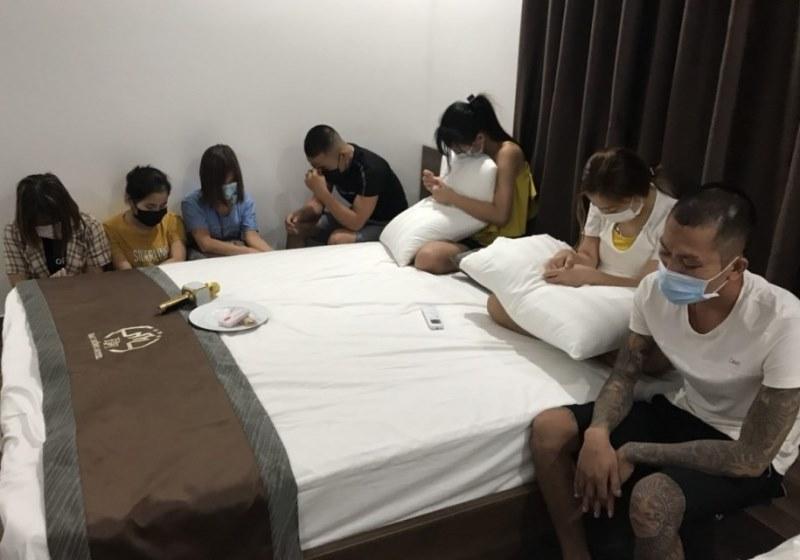 Bắt 7 đối tượng thuê khách sạn sử dụng ma túy giữa mùa dịch