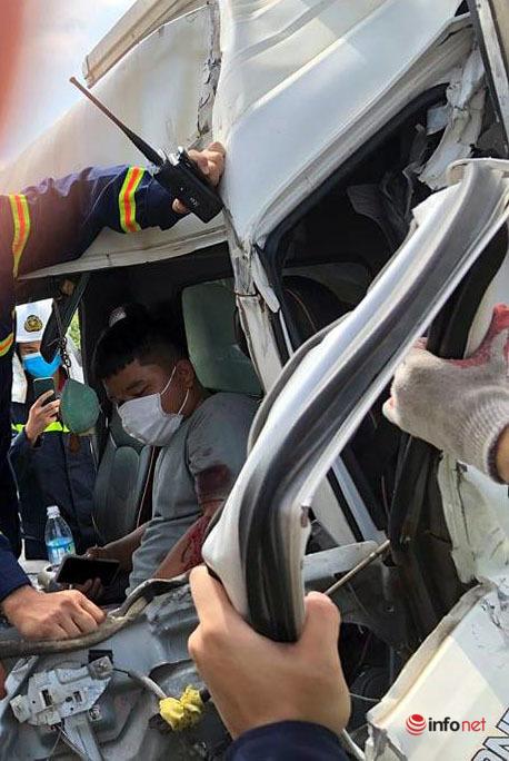 tai nạn,giao thông,tài xế mắc kẹt,trong ca bin,cảnh sát,giải cứu