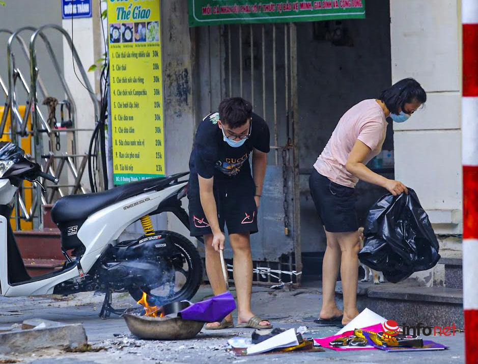 Hà Nội: Nhiều người ra đường đốt vàng mã rằm tháng Bảy