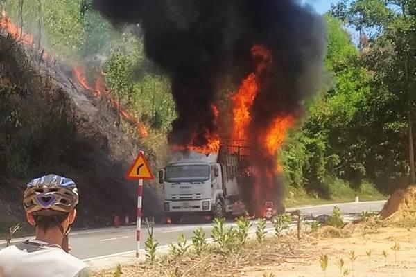 Quảng Nam: Xe tải bốc cháy ngùn ngụt trên đường Hồ Chí Minh