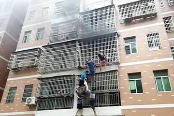 Sáu người đu bám ngoài chuồng cọp giải cứu 2 bé gái trong căn nhà cháy