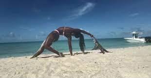 Cô gái tập yoga trên bãi biển bị loài vật hiếm khi gây hại cho người tấn công