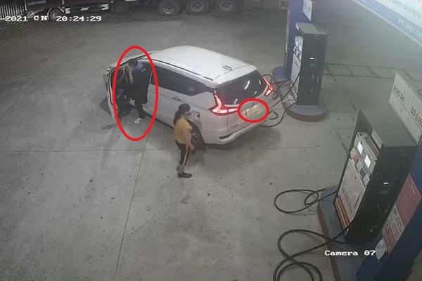 Bức xúc thanh niên lái ô tô cố tình che biển số vào đổ xăng rồi 'bùng' tiền
