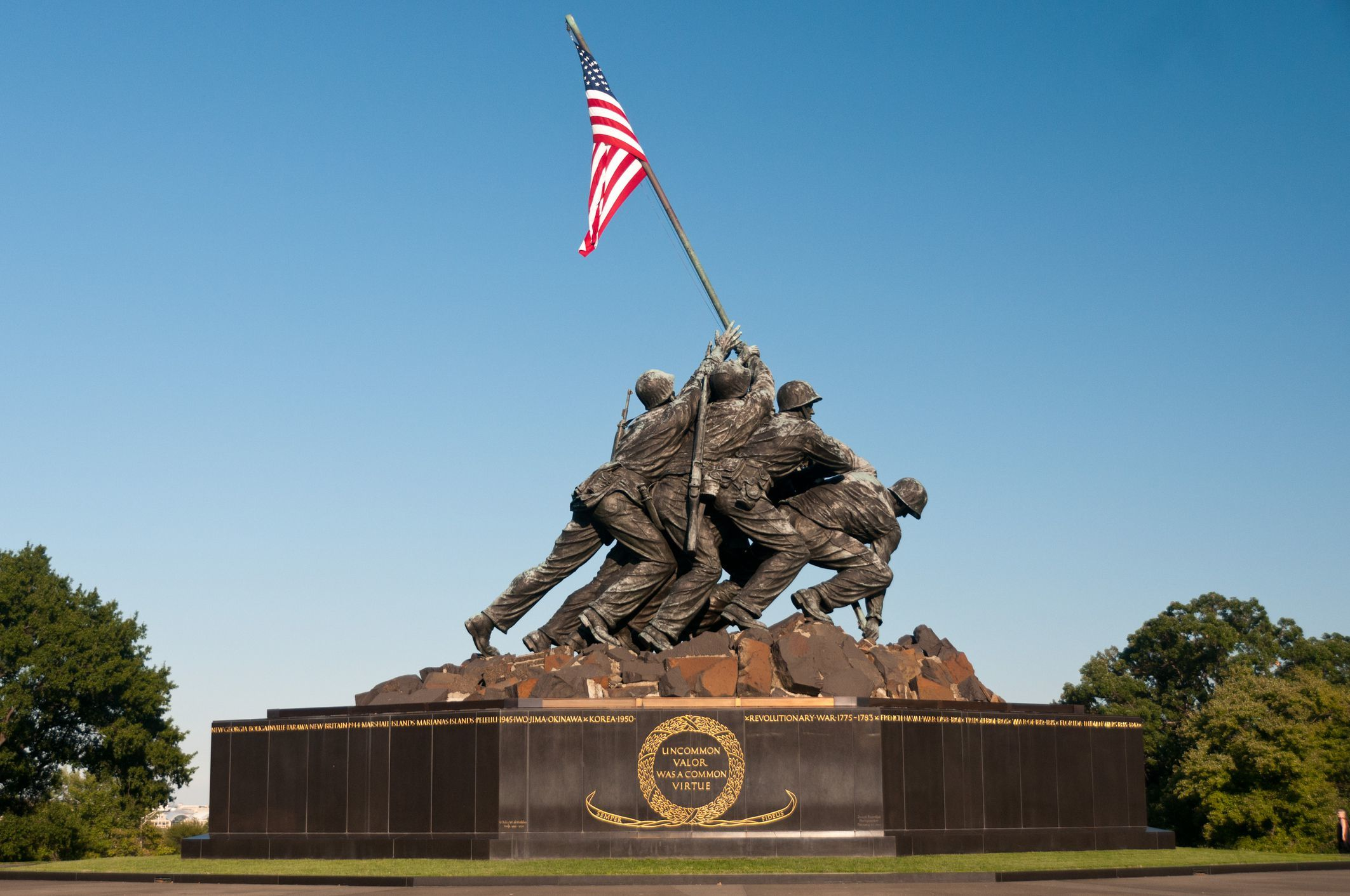 Người Mỹ tức giận khi Taliban 'tái hiện' bức ảnh cắm cờ Mỹ trên đảo Iwo Jima