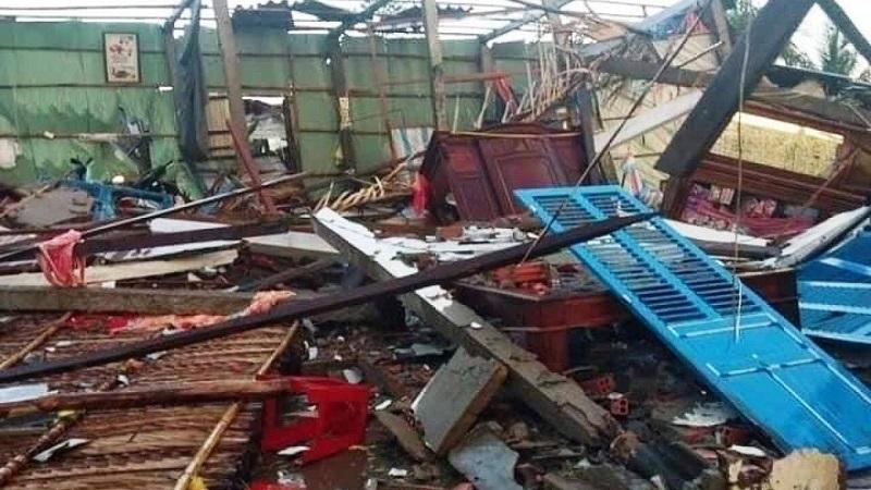 Mưa lớn, lốc xoáy giật sập 11 căn nhà, 8 người bị thương