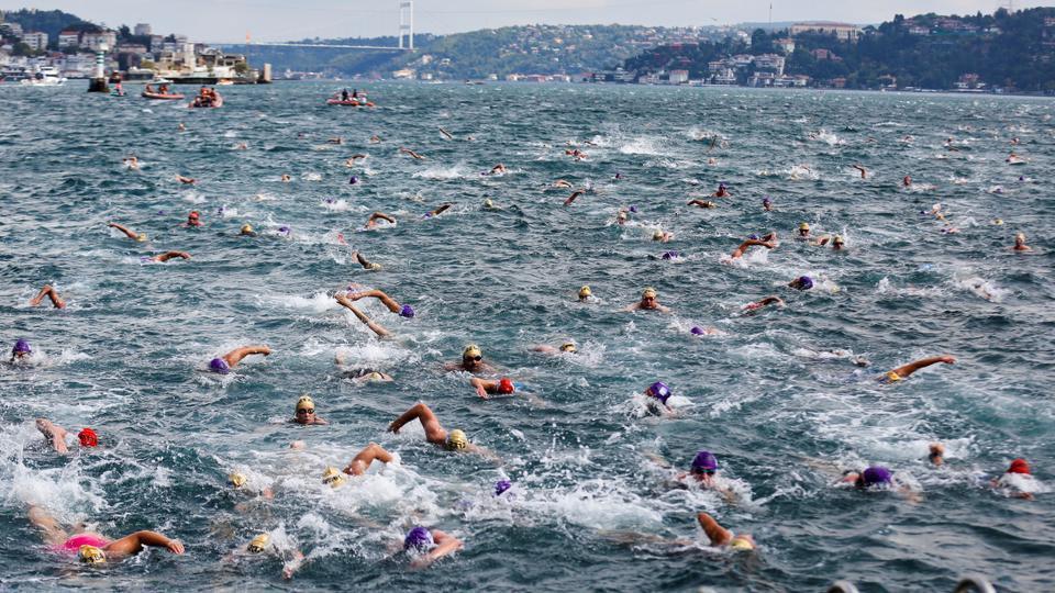 Cuộc thi bơi độc đáo diễn ra trên một quốc gia nhưng xuyên qua 2 châu lục Á - Âu