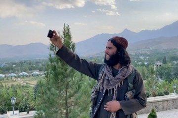 Lính Taliban tụ tập tạo dáng selfie tại khu du lịch nổi tiếng ở Kabul