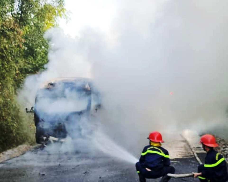 Ô tô chở công dân hoàn thành cách ly bốc cháy dữ dội, hàng chục người may mắn thoát nạn