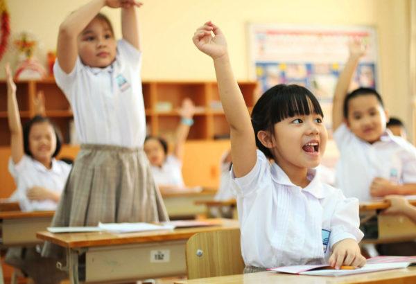 Tranh cãi 'gắt' về chuyện cha mẹ ở nhà 15m2 dành tiền tỷ cho con học trường quốc tế