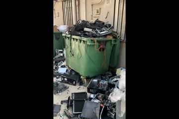 Loạt thùng rác trong đại sứ quán Mỹ ở Kabul đầy ắp thiết bị điện tử bị đập vỡ và vứt bỏ