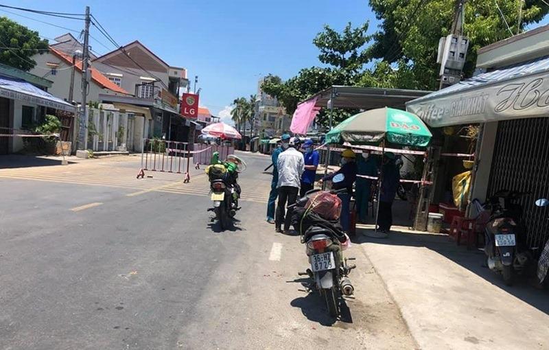 Thanh niên đi bộ về Thanh Hóa được người Quảng Nam tặng xe máy cùng hơn 10 triệu đồng