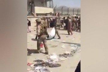 Các binh sĩ di chuyển thi thể nhiều người sau vụ hỗn loạn ở sân bay Kabul