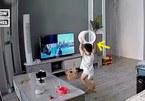 Cậu bé 2 tuổi ném đồ chơi làm vỡ tivi với lý do 'cực đáng yêu'