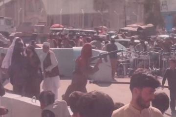 Taliban bắn súng, mạnh tay chặn người dân Afghanistan bên ngoài sân bay Kabul