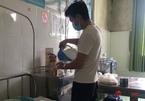 Chồng trẻ xin vào khu điều trị Covid-19 chăm vợ, đón tay con trai đầu lòng