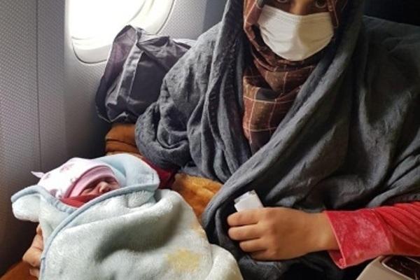 Người tị nạn Afghanistan sinh con ở độ cao 10.000m