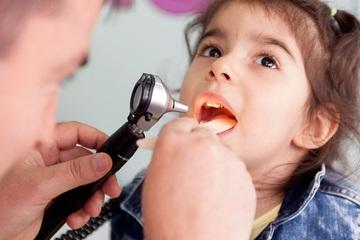 Con viêm amidan tái diễn quanh năm, cha mẹ có thể phòng trừ khi biết rõ 6 nguyên nhân này