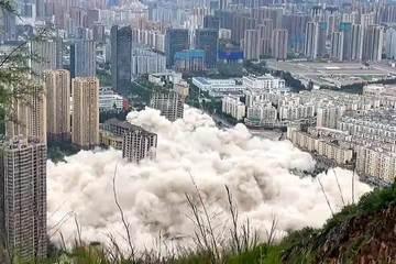 Trung Quốc cho đánh sập cùng lúc 15 tòa nhà cao tầng vì 'xây mãi không xong'