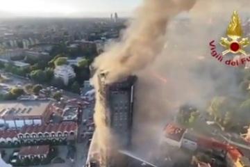 Tòa nhà 20 tầng bốc lửa rừng rực, gần 20 ô tô ở bãi đỗ bị cháy đen