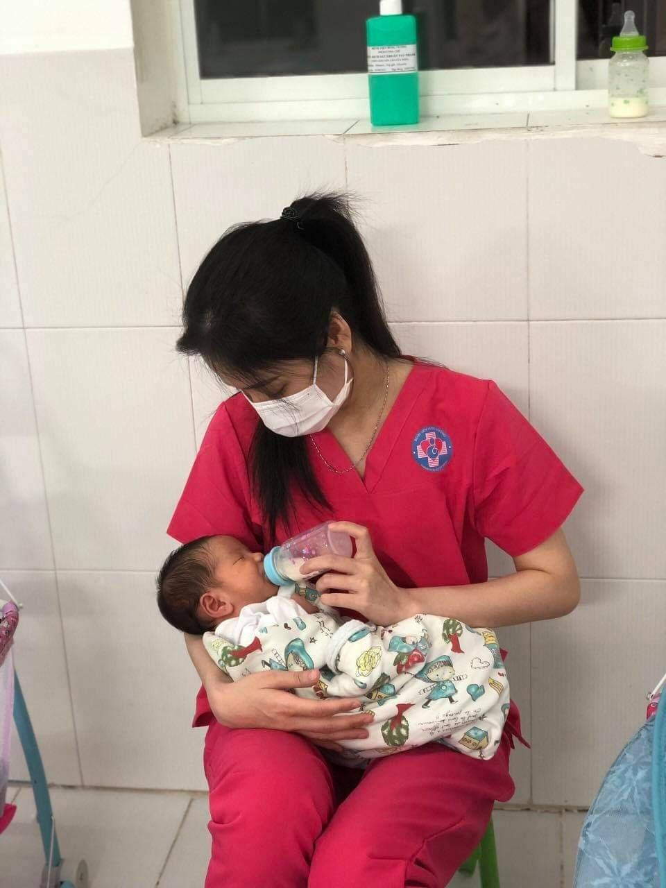 Nữ tiếp viên hàng không 'làm mẹ' hàng chục đứa trẻ sơ sinh có mẹ là F0