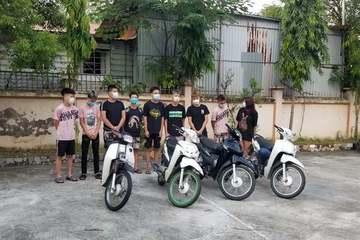 Hà Nội: Nhóm 10X lạng lách 'thông chốt' bị mời bố mẹ đến xử phạt