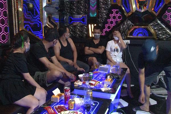 Quán karaoke cho khách vào hát, 10 đối tượng dương tính với ma túy