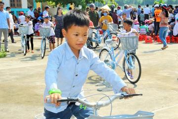 Quảng Ninh: Trao xe đạp cho 60 học sinh mồ côi, khuyết tật