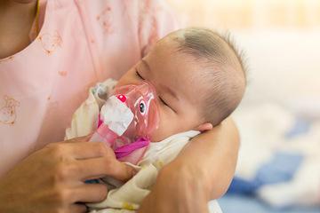 Khám cho trẻ viêm phế quản, bác sĩ bất ngờ với túi thuốc mẹ tự mua