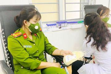 Nghệ An: Trực chốt trở về, nữ Trung tá lập tức hiến máu giúp bệnh nhân phẫu thuật