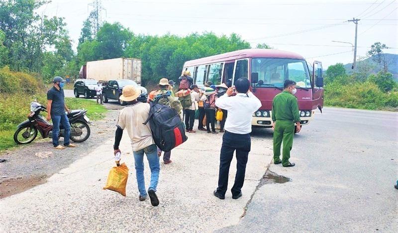 Định đi bộ từ Đà Nẵng về Quảng Ngãi, 16 người Hrê được hỗ trợ xe miễn phí