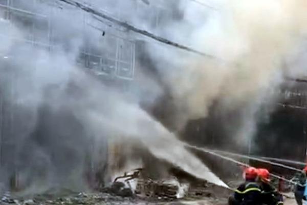Bị ép quá đáng, con nợ ném 'bom xăng' tiệm cầm đồ làm cháy 4 căn nhà