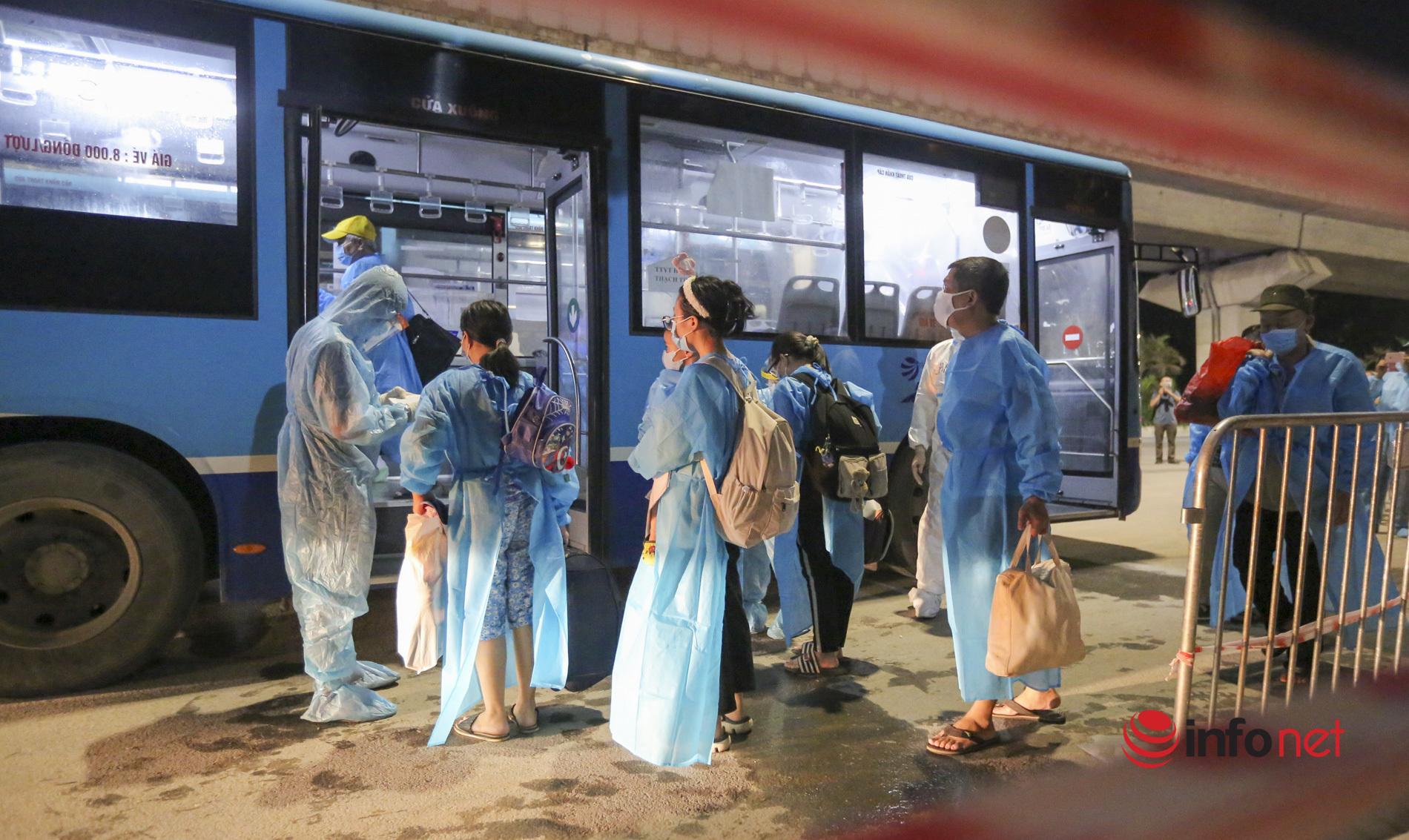Đoàn xe đầu tiên đưa gần 1.200 người tại 'ổ dịch' Thanh Xuân Trung đến khu cách ly tập trung