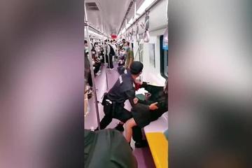 Tranh cãi bảo vệ nhà ga Trung Quốc kéo rách váy của hành khách trước đám đông