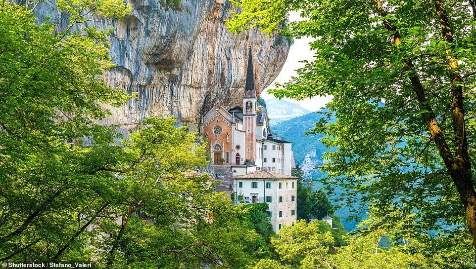 Toà nhà lơ lửng giữa vách núi cao 774 mét ở Italia
