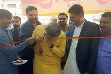 Quan chức Pakistan 'gây bão' vì dùng răng cắn đứt băng khai trương cửa hàng
