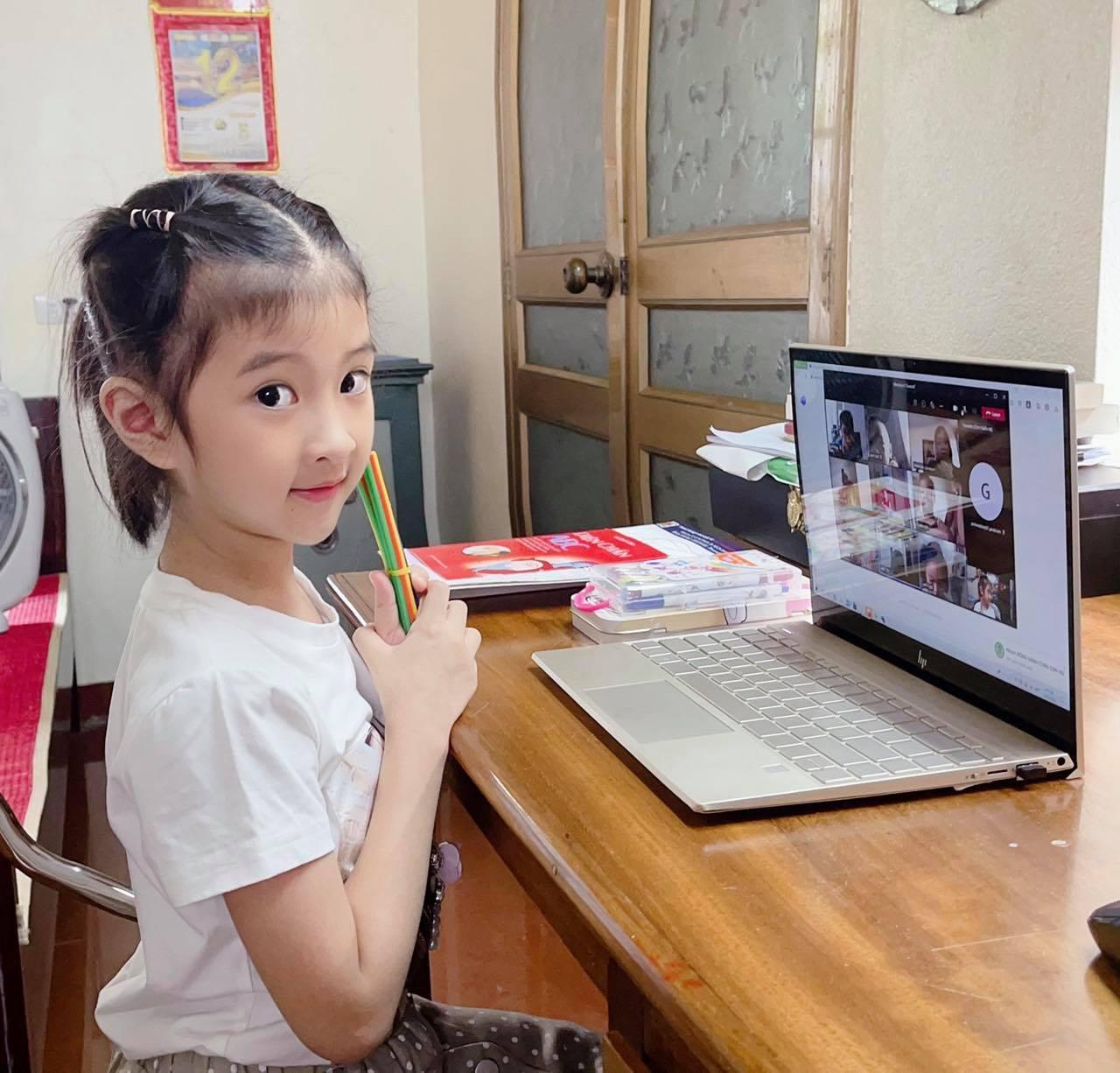 Hà Nội: Tranh cãi học sinh lớp 1 trường tư học online 6 tiết/ngày