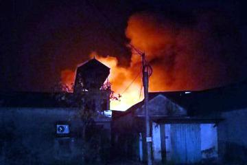 Cháy lớn ở xưởng cồn khiến người dân hoảng loạn