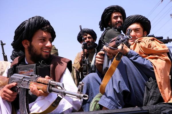 Taliban lại bắn loạt đạn chỉ thiên ăn mừng ở Kabul vì chuyện gì?