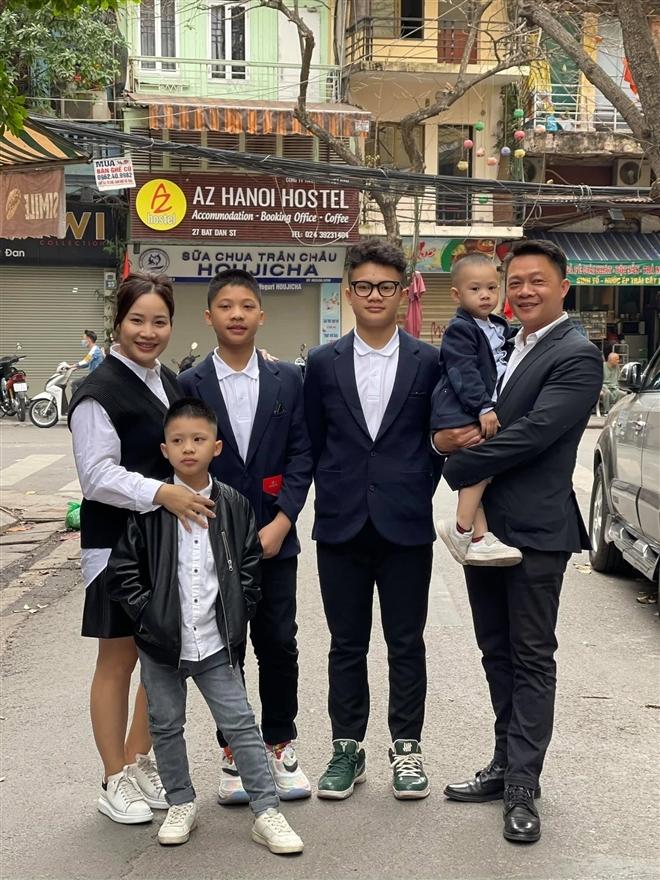 Khoảnh khắc gia đình MC Quang Minh họp bàn năm học mới 'đáng yêu nhất mùa dịch'
