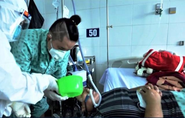 Nén nỗi đau mất mẹ, chàng trai F0 tình nguyện ở lại viện chăm sóc người bệnh