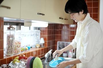 Khi chồng ngoan ngoãn nhận nấu cơm, rửa bát