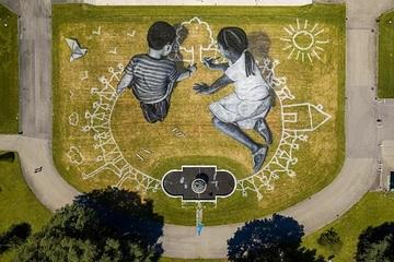Những bức tranh khổng lồ trên thảm cỏ khiến nhiều người choáng ngợp