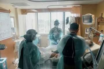 Nữ sinh Mỹ lên cần cẩu tới cửa sổ phòng bệnh nhìn người mẹ sắp qua đời vì Covid-19