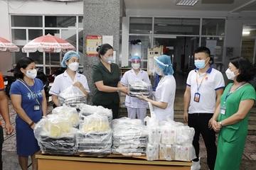 'Bếp Thạch Sanh' tặng hàng trăm suất cơm mỗi ngày tới người khó khăn và tuyến đầu chống dịch