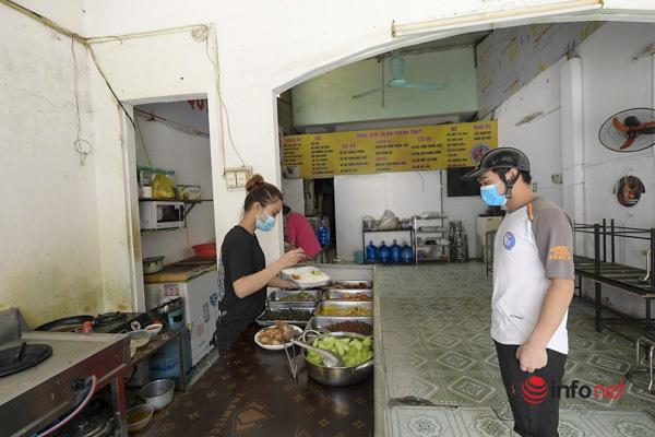 Hà Nội: Chủ quán ăn ở 'vùng xanh' phấn khởi mở bán hàng mang về