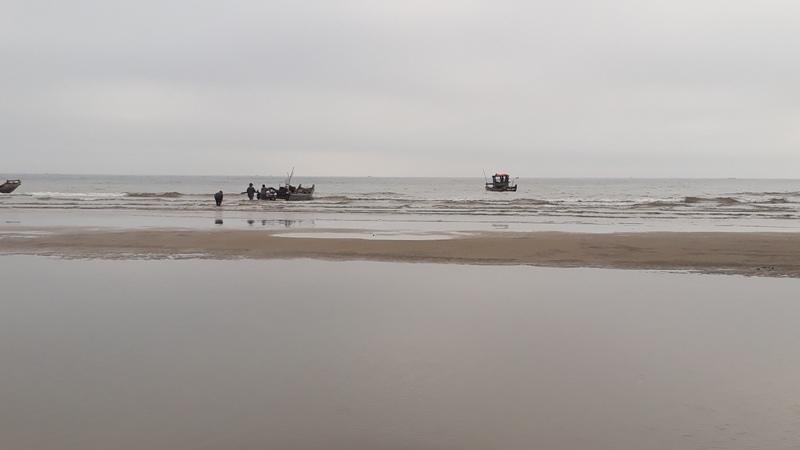 Tìm kiếm ngư dân rơi xuống biển mất tích