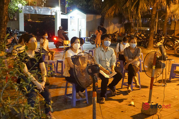 Hà Nội: Dắt theo con nhỏ, chầu chực đến nửa đêm xin giấy đi đường