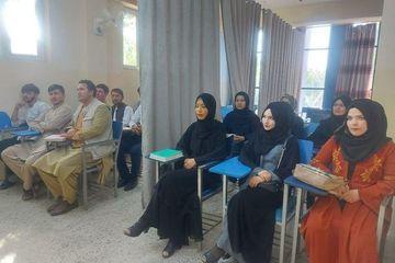 Tấm rèm chia đôi lớp học ở Afghanistan dưới thời Taliban